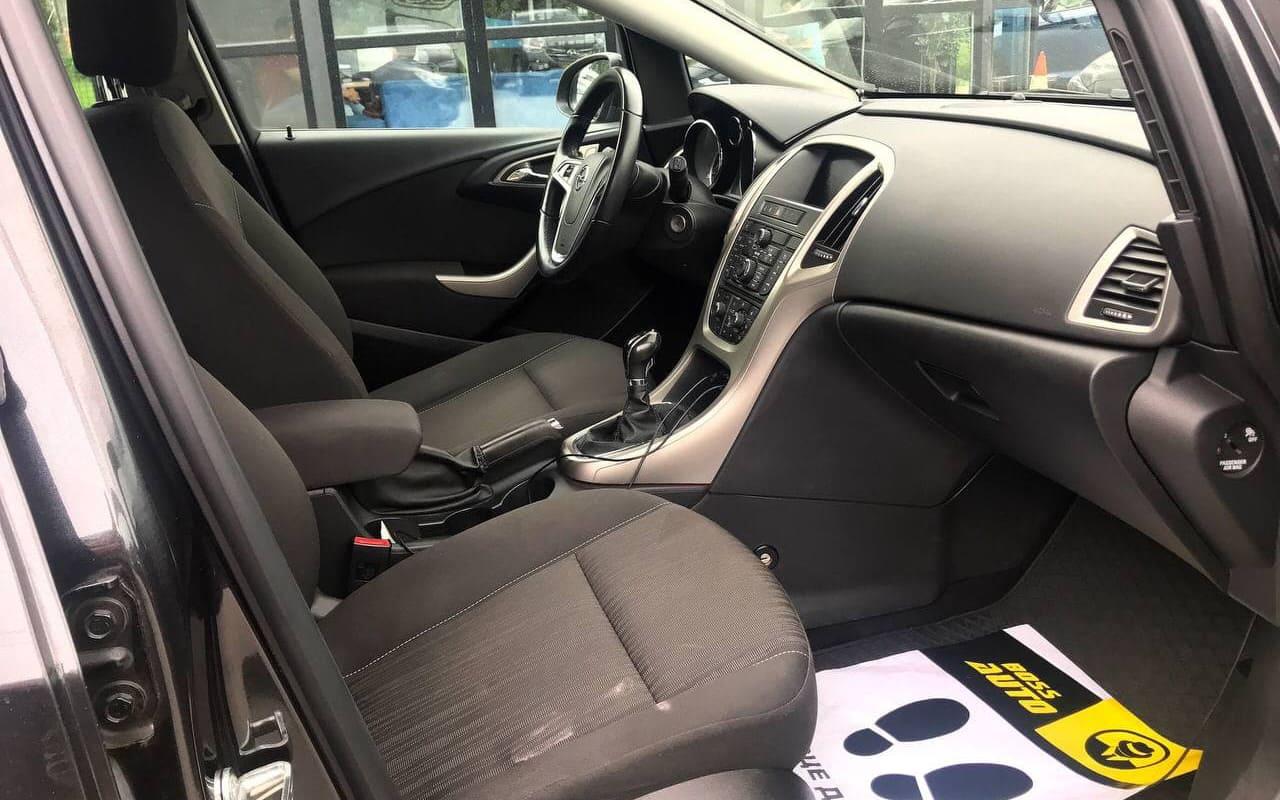 Opel Astra 2011 фото №9