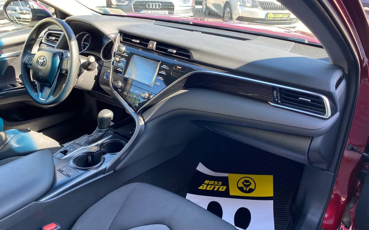 Toyota Camry Le 2018 фото №16