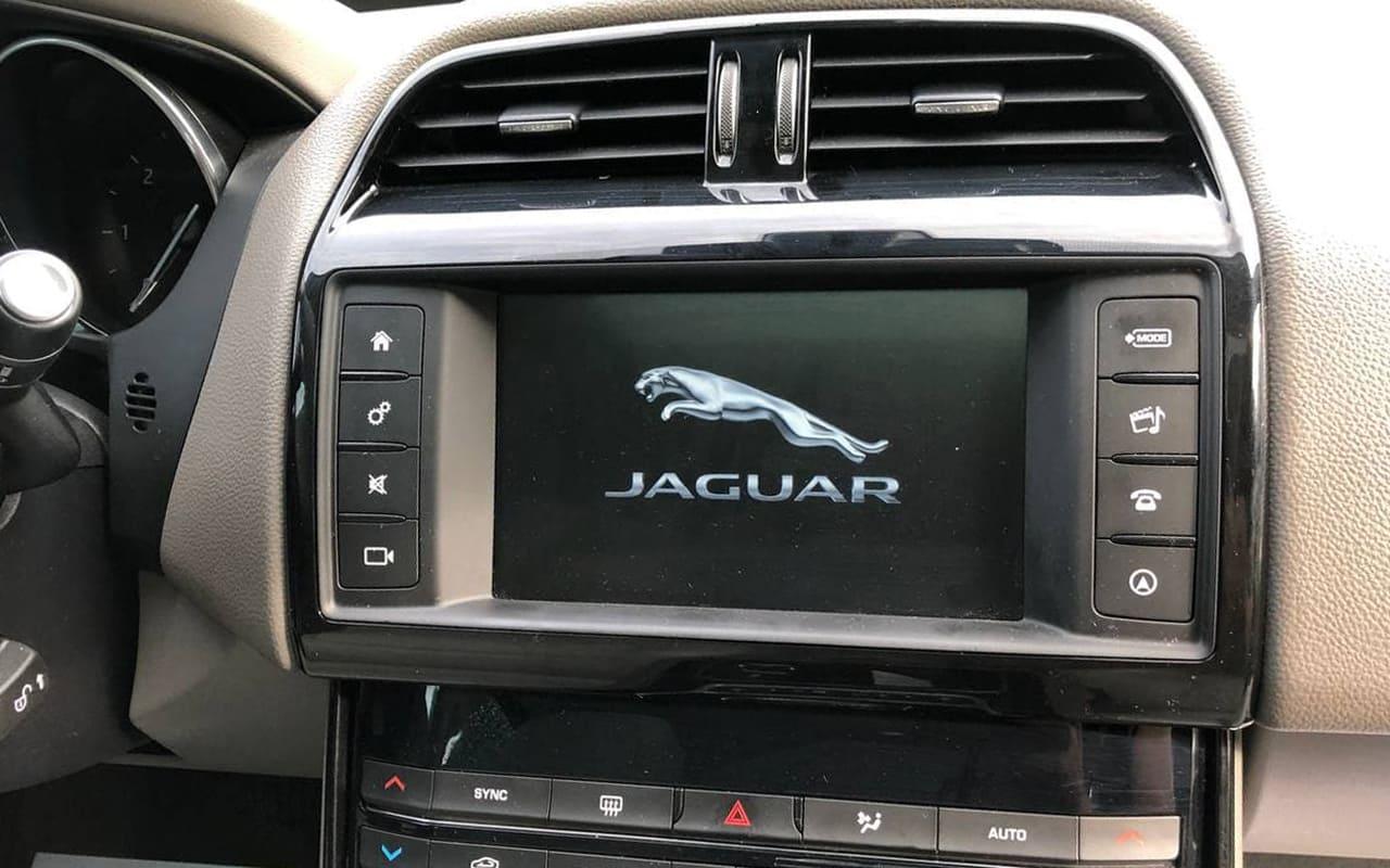 Jaguar XE 2016 фото №15