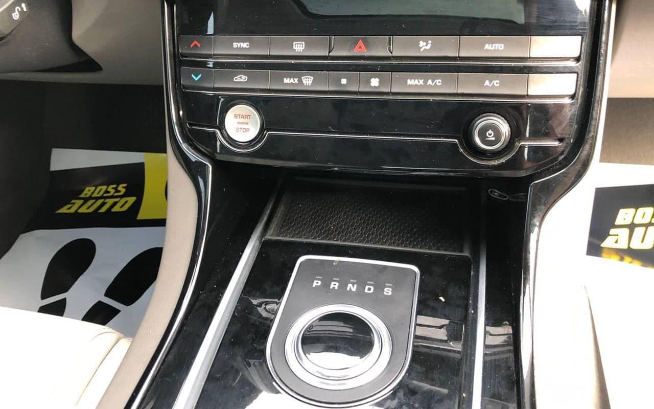 Jaguar XE 2016 фото №16