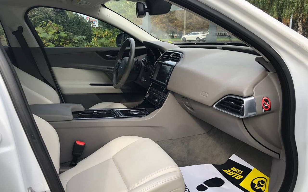 Jaguar XE 2016 фото №18